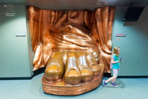 Lady Liberty hat eine beachtliche Schuhgröße.