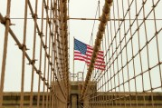 Charakteristisch sind die Kabelträger auf der Brooklyn Bridge. http://junghahn24.com/mit-der-u-bahn-raus-zu-fuss-wieder-rein-brooklyn-bridge/