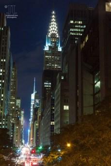 Nachts leuchtet New York City taghell.