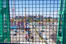 Am Strand von Coney Island erwartet den Besucher ein Vergnügungspark, Bars, Restaurants und Geschäfte mit allerlei Kitsch und Strandzubehör.