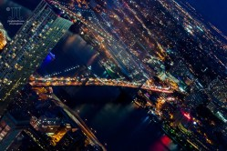 Der East River wird von der beleuchteten Brooklyn Bridge überspannt.