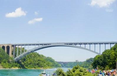 In der Mitte der Brücke befindet sich die Grenze zwischen den USA und Canada.