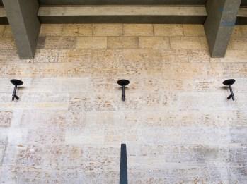 Das Stadion sollte für die Olympischen Spiele von 1936 an das römische Colloseum erinnern. Zur Beleuchtung ließ der Architekt Lampen anfertigen, die Fackeln nachempfunden waren.