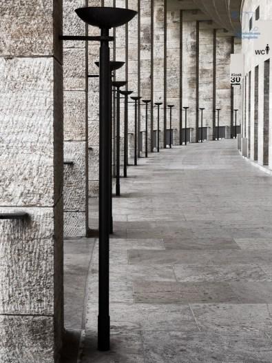 Das Stadion sollte für die Olympischen Spiele von 1936 an das römische Colloseum erinnern. Zur Beleuchtung ließ der Architekt Lampen anfertigen, die Fackeln nachempfunden waren. Hier im Umlauf des Oberring wurde auf diese Gestaltung zurück gegriffen.