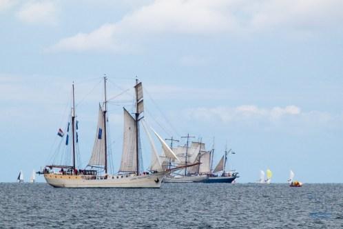 In der Hafenbucht der Kieler Förde gab es zur Kieler Woche ein Stelldichein vieler Segler, Schiffe, Fähren, Raddampfer, Kreuzfahrtschiffe. Ein Kriegschiff der U. S. Navy war auch zu sehen.