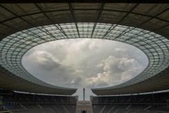 Über dem Olympiastadion Berlin braut sich ein Gewitter zusammen. Es verspricht Abkühlung, wird aber als typisches Westend-Gewitter nur kurz wüten und dann abziehen.