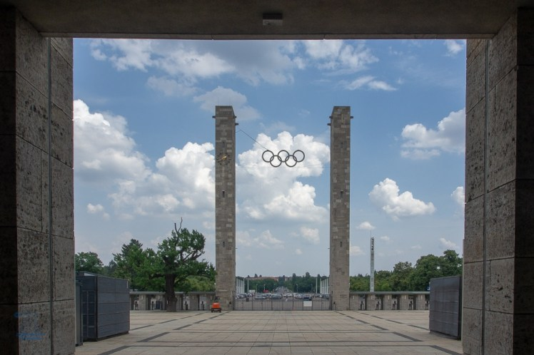 Einer der beiden Eingänge mit den Olympischen Ringen ist das Osttor. Durch dieses Tor verläuft die architektonische Ost-West-Achse.