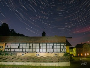 Nun habe ich zum ersten Mal Sternspuren aufgenommen. Bei diesem Bild dieser Reihe schauen wir in nördliche Richtung. Flugverkehr und Wolken verleihen diesem Bild seine besondere Wirkung.