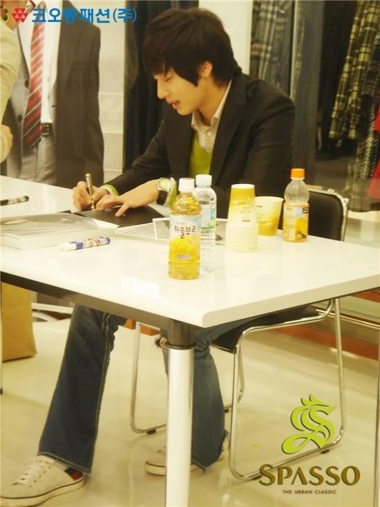 2007 11 17Spasso Signing Daejeon 5