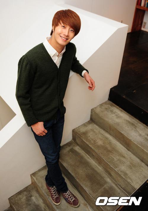 2011 12 17 Jung II-woo in Osen Green Sweater Interview 00011