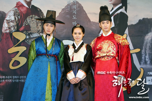 2012 1 2 Jung II-woo in The Moon that Embraces the Sun Press Conference Extras00006.jpg