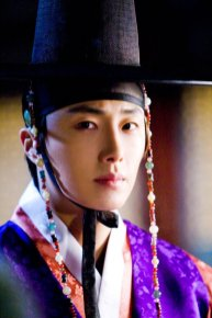 2012 2 Jung II-woo in The Moon that Embraces the Sun Episode 1 BTS 00001