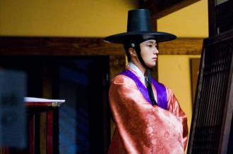 2012 2 Jung II-woo in The Moon that Embraces the Sun Episode 1 BTS 00013