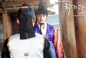 2012 2 Jung II-woo in The Moon that Embraces the Sun Episode 1 BTS 00027