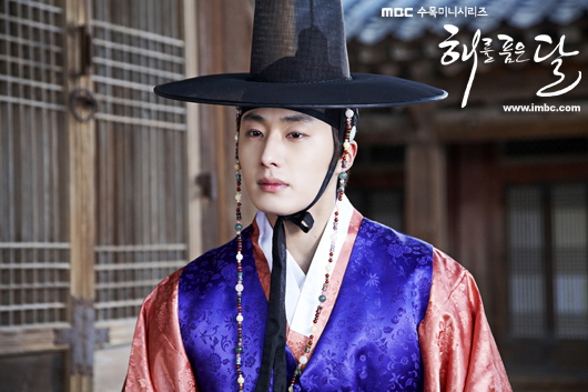 2012 2 Jung II-woo in The Moon that Embraces the Sun Episode 1 BTS 00029