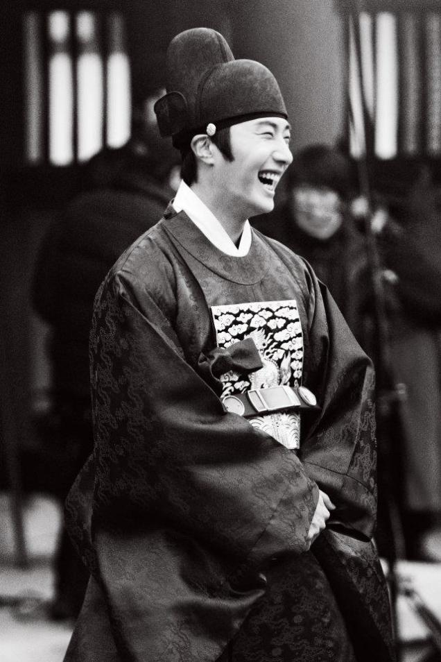 2012 2 Jung II-woo in The Moon that Embraces the Sun Episode 13 BTS 00007