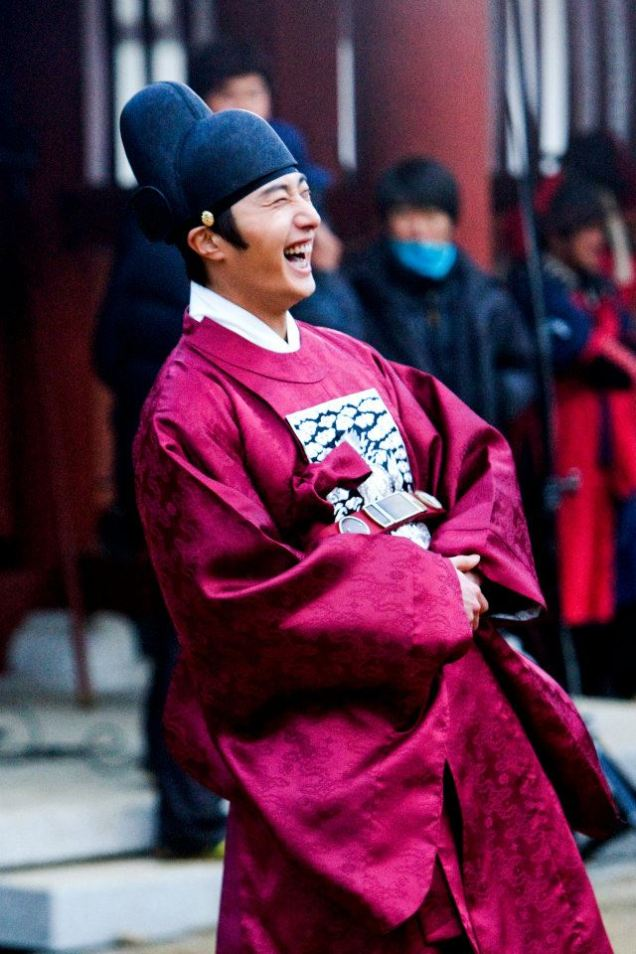 2012 2 Jung II-woo in The Moon that Embraces the Sun Episode 13 BTS 00011