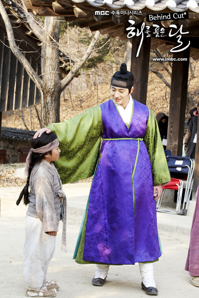Jung II-woo in The Moon that Embraces the Sun BTS Episode 15 00021