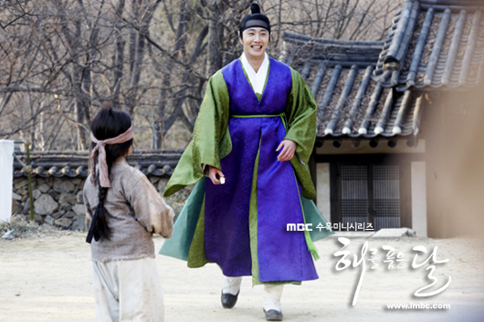 Jung II-woo in The Moon that Embraces the Sun BTS Episode 15 00027