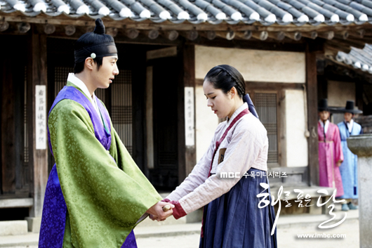 Jung II-woo in The Moon that Embraces the Sun BTS Episode 15 00031