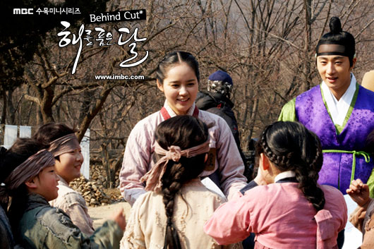 Jung II-woo in The Moon that Embraces the Sun BTS Episode 15 00034