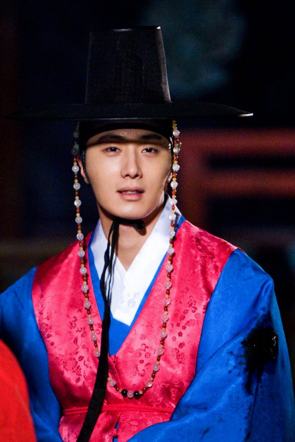 Jung II-woo in The Moon that Embraces the Sun BTS Episode 17 00012