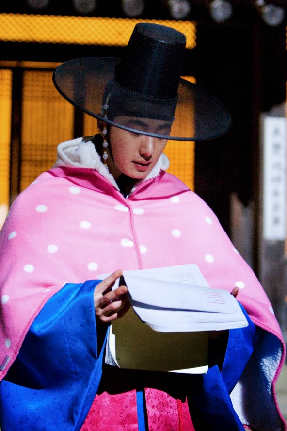 Jung II-woo in The Moon that Embraces the Sun BTS Episode 17 00013