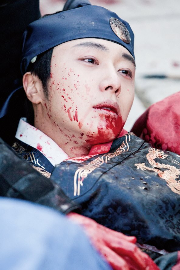 Jung II-woo in The Moon that Embraces the Sun Episode 20 BTS Bloody 00005