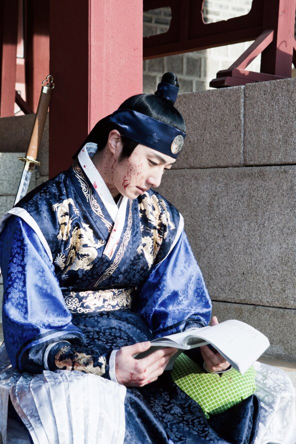 Jung II-woo in The Moon that Embraces the Sun Episode 20 BTS Bloody 00007