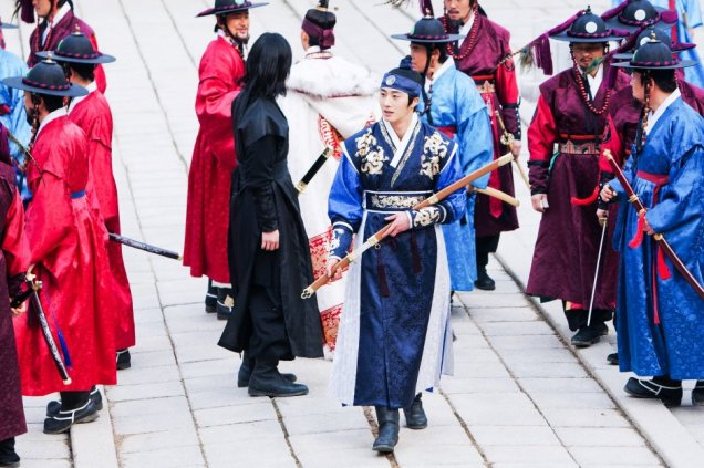 Jung II-woo in The Moon that Embraces the Sun Episode 20 BTS Filming Battle 00005