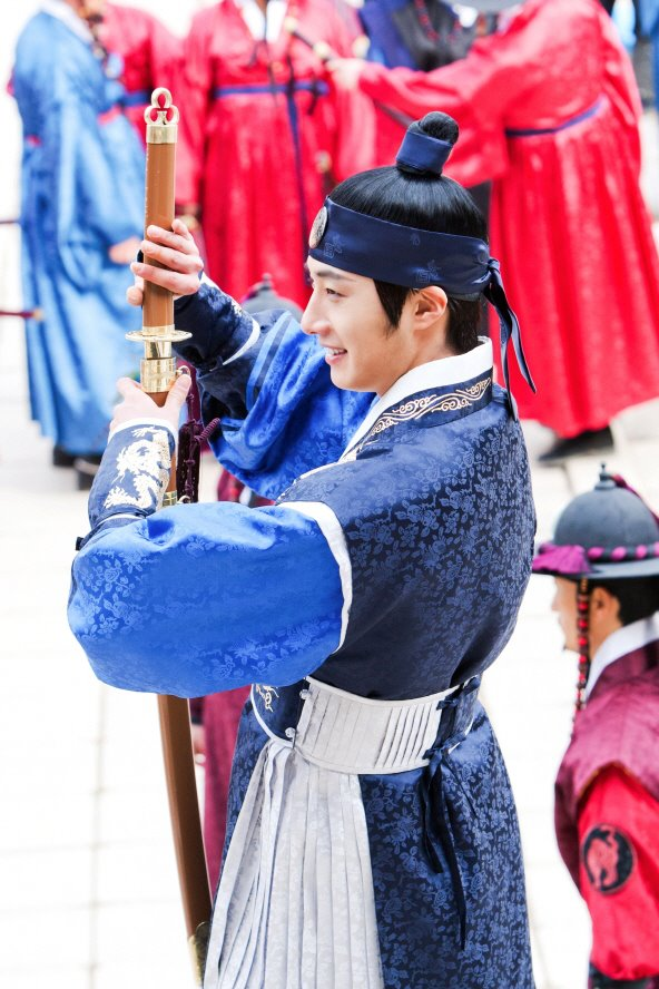 Jung II-woo in The Moon that Embraces the Sun Episode 20 BTS Filming Battle 00009