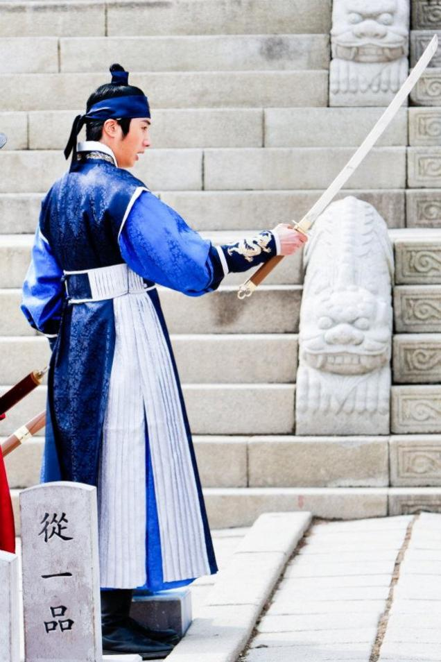 Jung II-woo in The Moon that Embraces the Sun Episode 20 BTS Filming Battle 00012