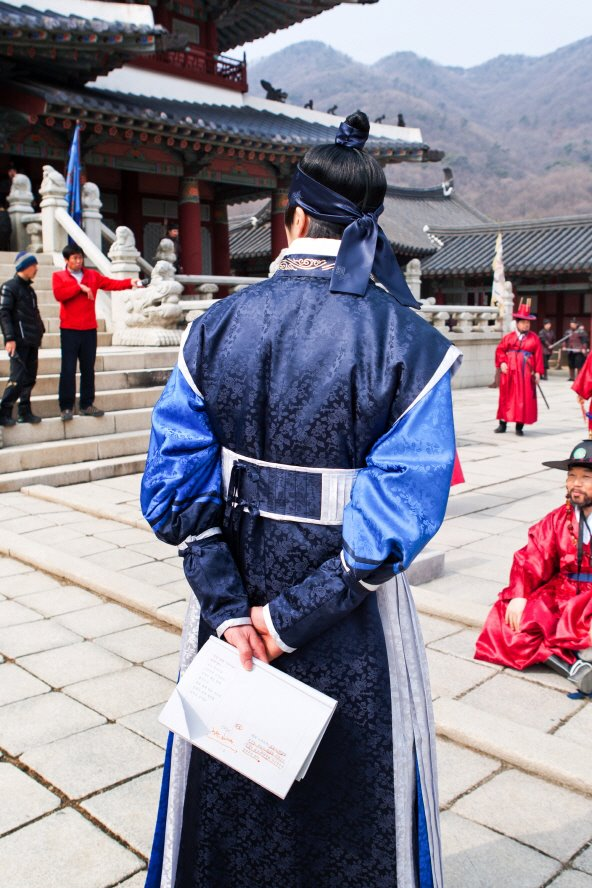 Jung II-woo in The Moon that Embraces the Sun Episode 20 BTS Filming Battle 00015