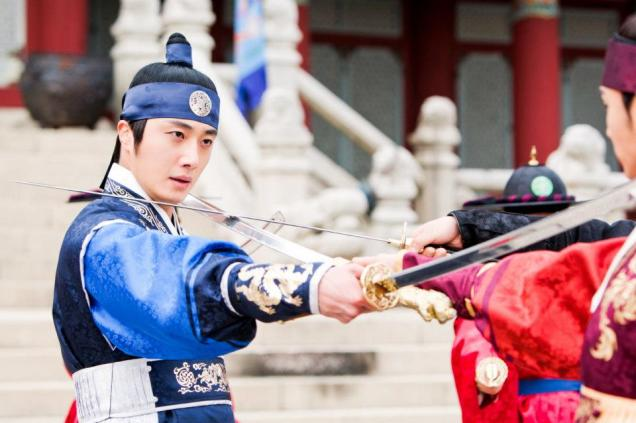 Jung II-woo in The Moon that Embraces the Sun Episode 20 BTS Filming Battle 00017