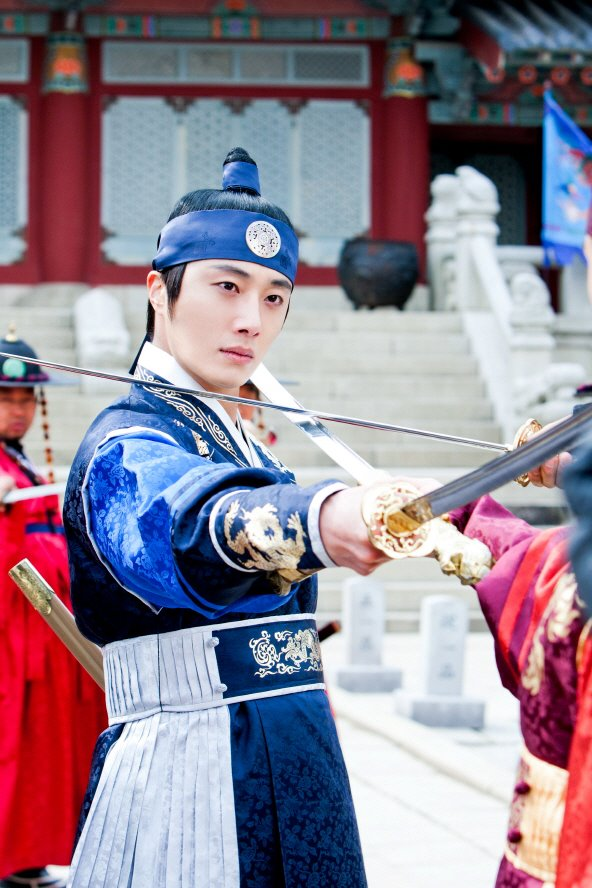 Jung II-woo in The Moon that Embraces the Sun Episode 20 BTS Filming Battle 00019