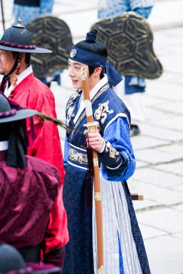 Jung II-woo in The Moon that Embraces the Sun Episode 20 BTS Filming Battle 00020