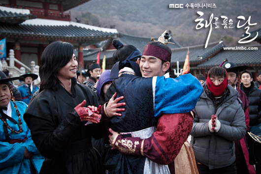 Jung II-woo in The Moon that Embraces the Sun Episode 20 BTS Last take flowers 00002