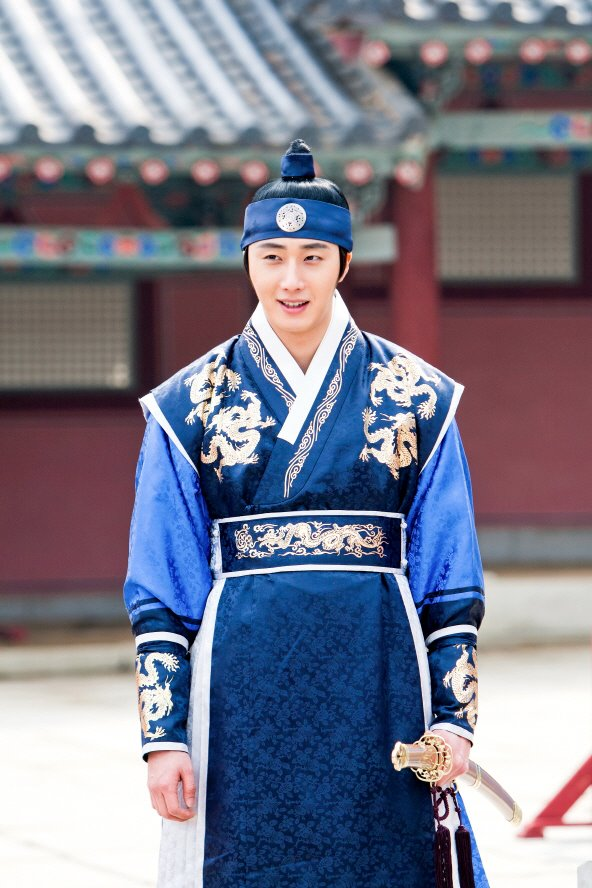 Jung II-woo in The Moon that Embraces the Sun Episode 20 BTS Medium 00007