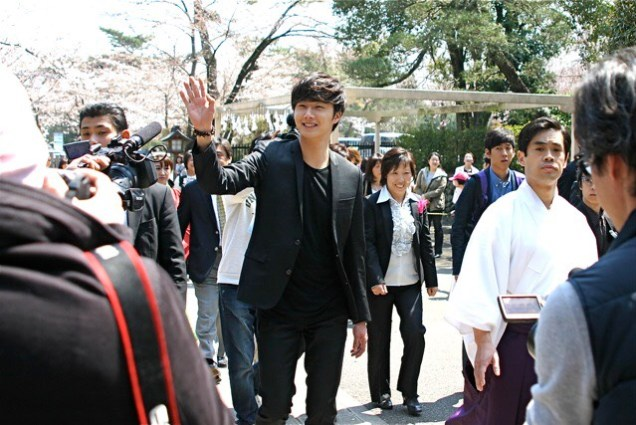 2012 4 Jung II-woo in Japan Koma Shrine Xtras00001