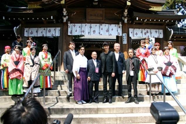 2012 4 Jung II-woo in Japan Koma Shrine Xtras00002