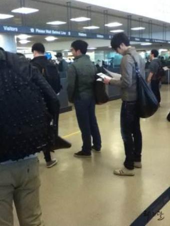 Jung II-woo arriving to NYC 2012 03 Cr. Faru2000001