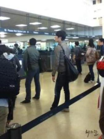 Jung II-woo arriving to NYC 2012 03 Cr. Faru2000003