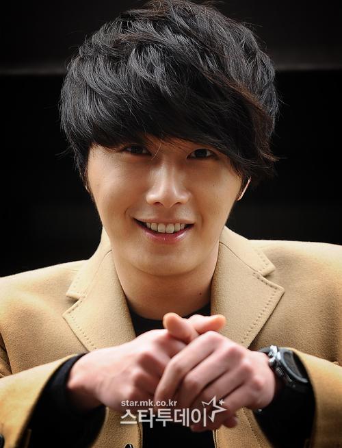 Jung II-woo in Beige Overcoat for various Interviews 2012 00007