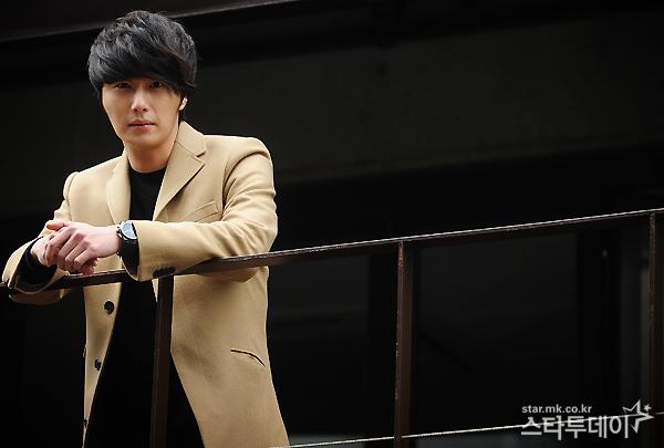 Jung II-woo in Beige Overcoat for various Interviews 2012 00009
