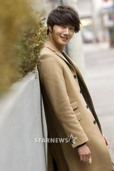 Jung II-woo in Beige Overcoat for various Interviews 2012 .jpg00014