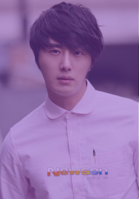 Jung II-woo in purple 9.jpg