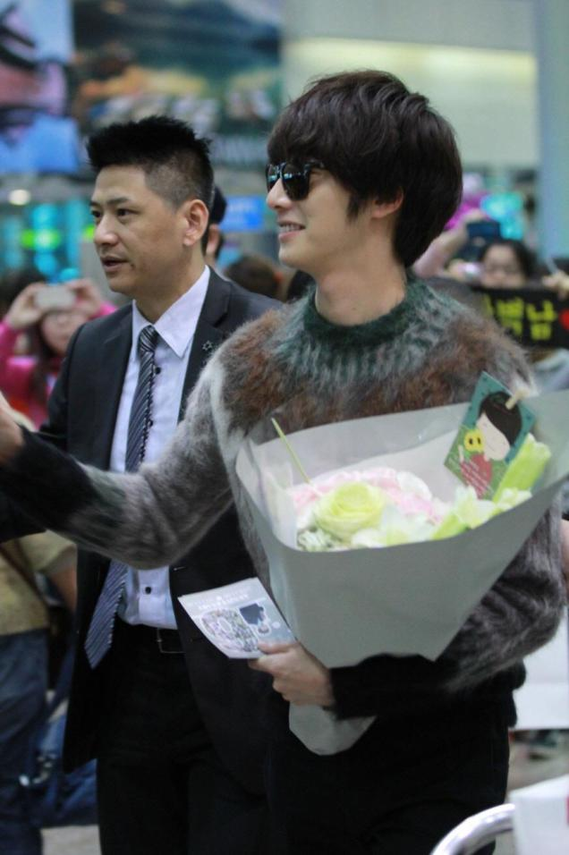 2012 10 23 Jung II-woo travels to Taiwan. Airport Arrival00007