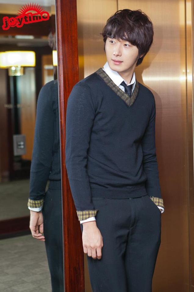 2012 10 23 Jung II-woo travels to Taiwan. Photo Op 2 in Hotel 00001