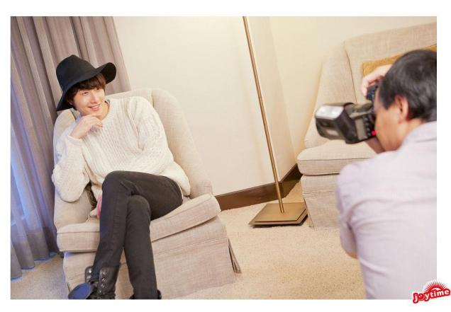 2012 10 23 Jung II-woo travels to Taiwan. Photos Op Hotel Room 00001