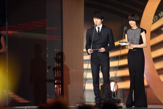2012 11 30 Jung II-woo at the MAMA Awards 00007